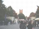 駒場キャンパスの正門と1号館